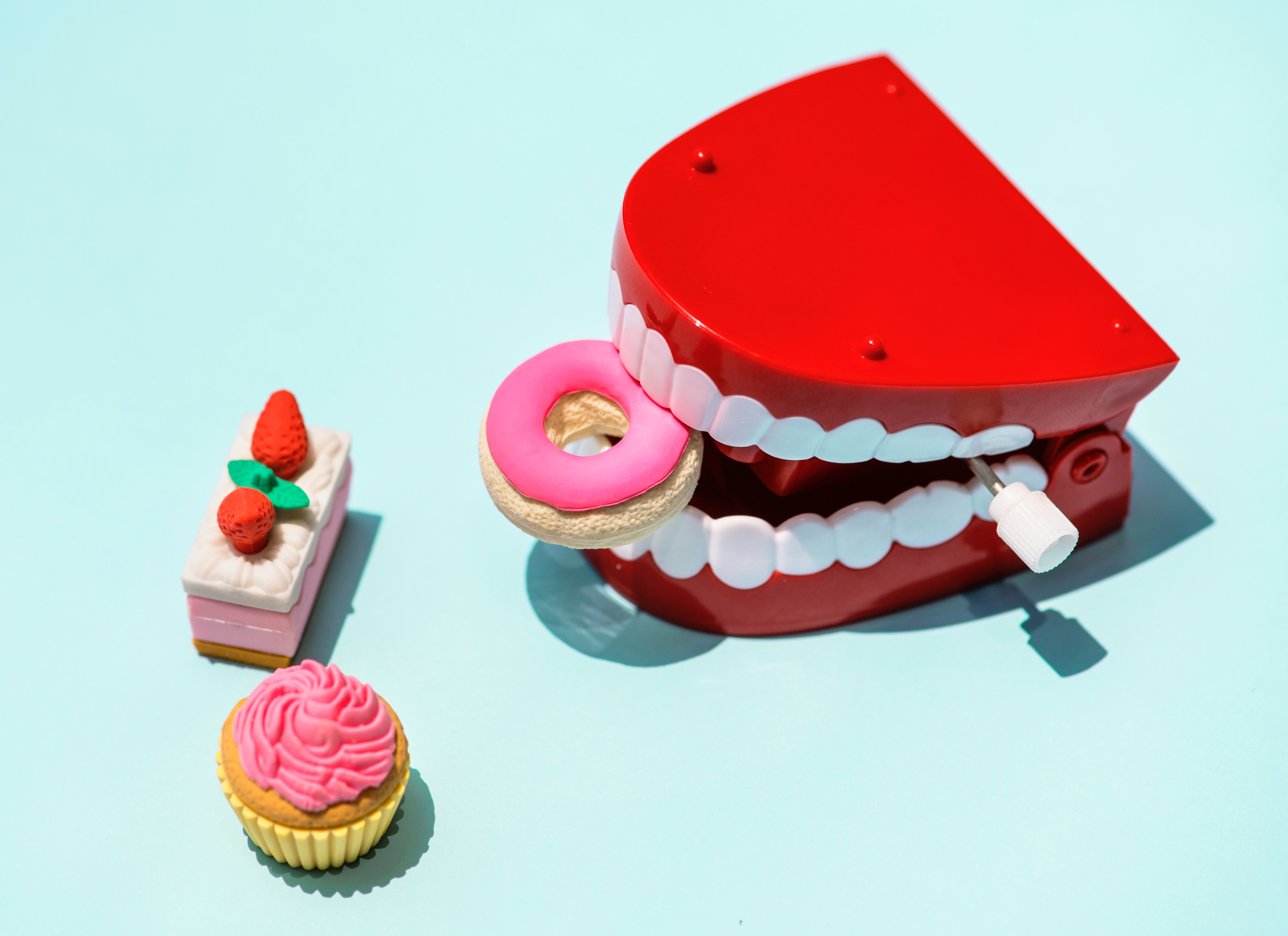 Snappy teeth and cake for gum disease